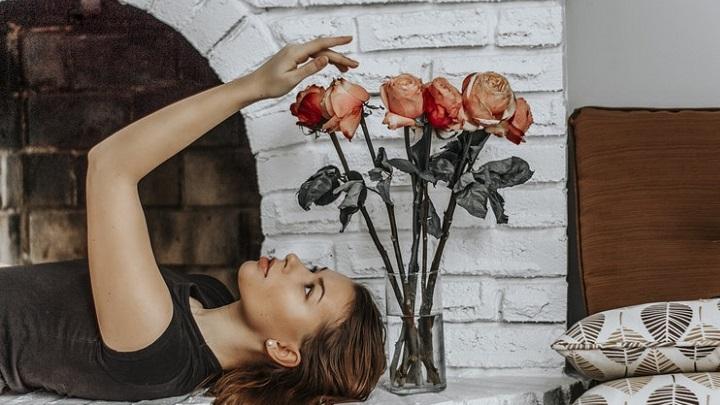 ramo-de-flores-con-jarron-de-cristal
