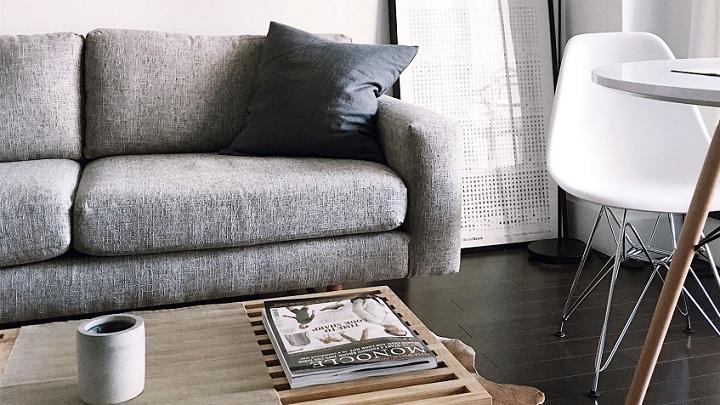 sofa-mesa-y-lampara