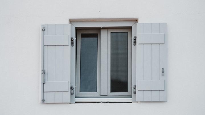 ventana-de-madera-azul