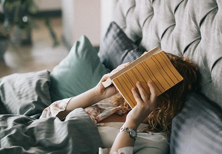 chica-leyendo-un-libro-en-la-cama