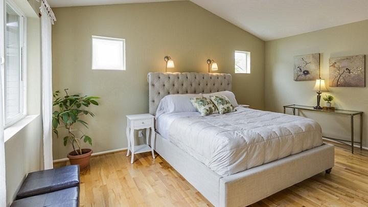 dormitorio-con-dos-cuadros-en-la-pared