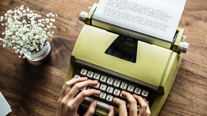 maquina-de-escribir-y-flores
