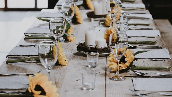 mesa-de-madera-con-girasoles