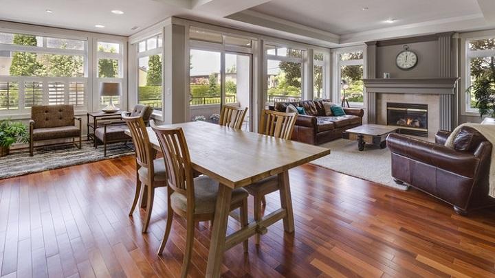 mesa-de-madera-en-salon-abierto