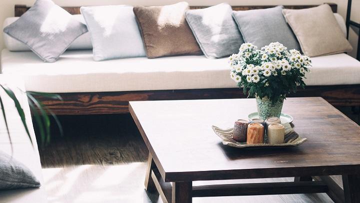 sofa-con-mesa-y-flores