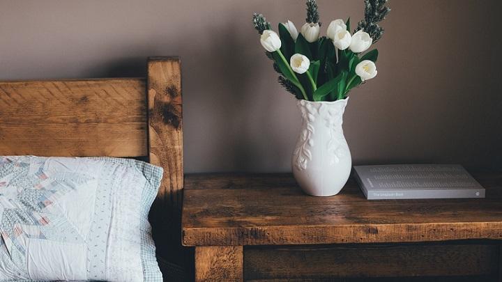 cama-y-mesilla-de-madera