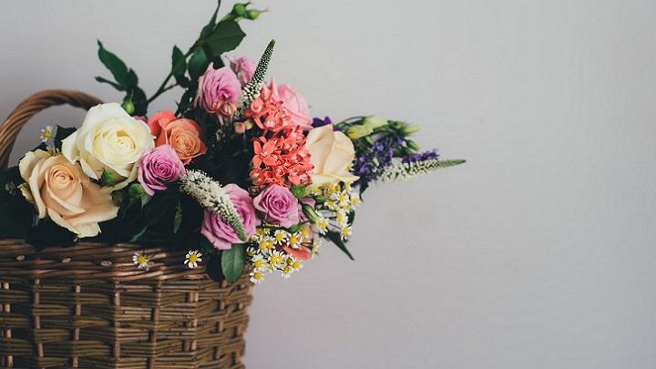 cesta-de-mimbre-con-flores