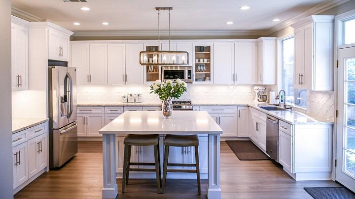 cocina-con-isla-de-color-blanco