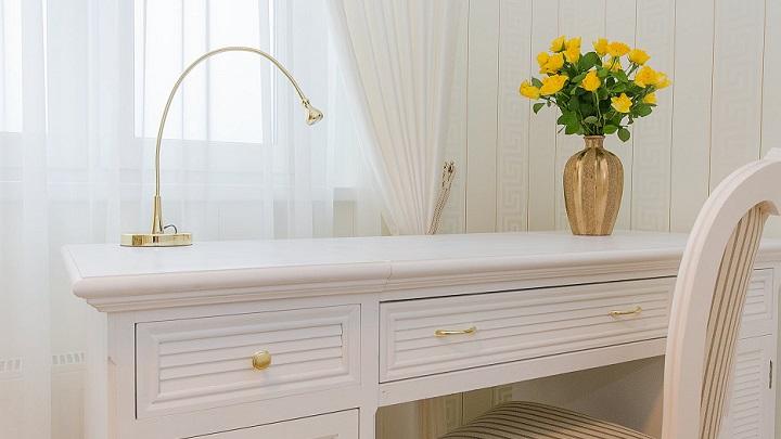 cortina-y-mesa-de-color-blanco