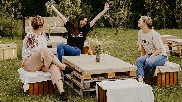 mesa-blanca-en-el-jardin