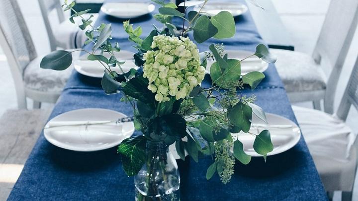 mesa-con-mantel-azul