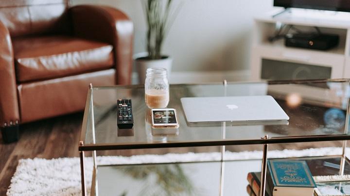 mesa-de-cristal-en-el-salon
