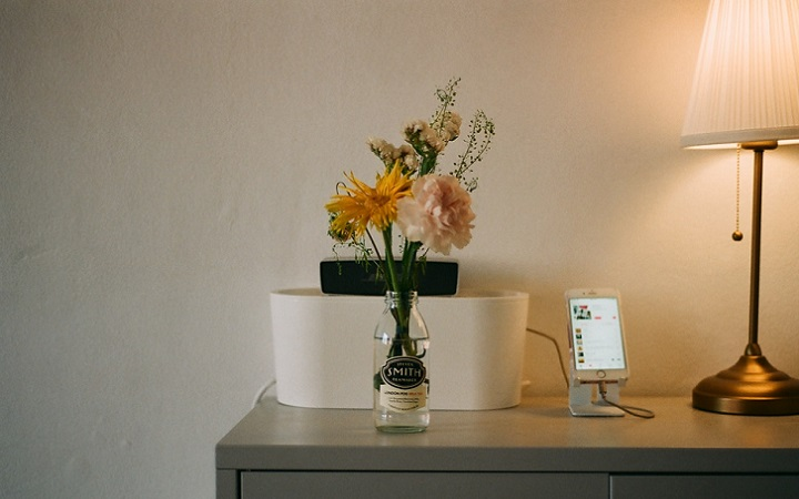 mueble-con-ramo-de-flores