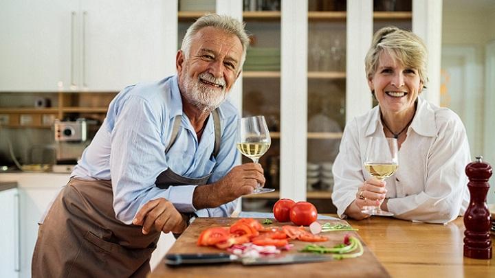 pareja-cocinando-en-cocina