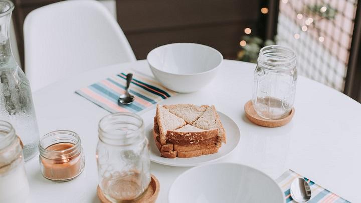 productos-sobre-mesa-blanca