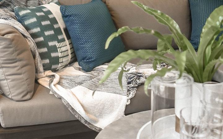 sofa-con-cojines-de-colores