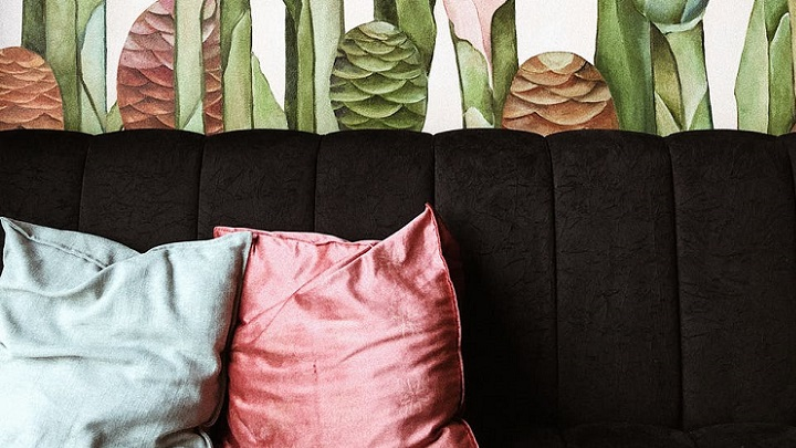 sofa-negro-y-papel-de-colores