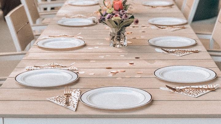 vajilla-de-color-blanco-en-la-mesa