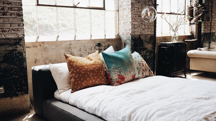 cama-con-cojines-de-colores