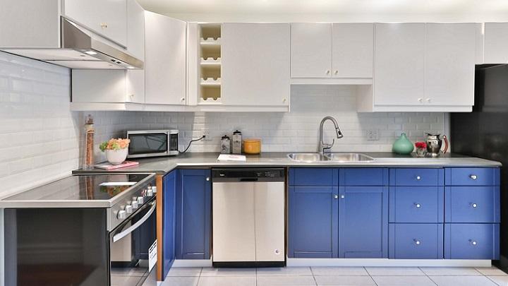 cocina-con-muebles-azules-y-blancos