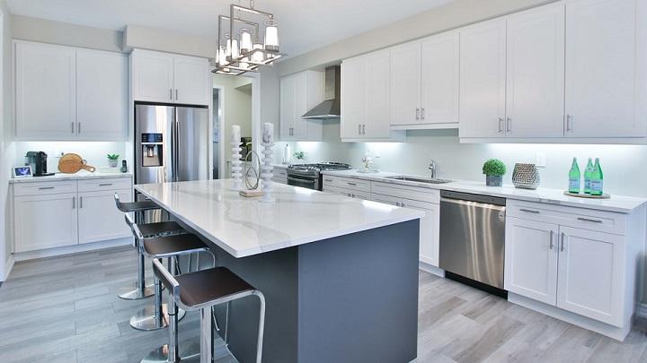 cocina-de-color-gris-y-blanco