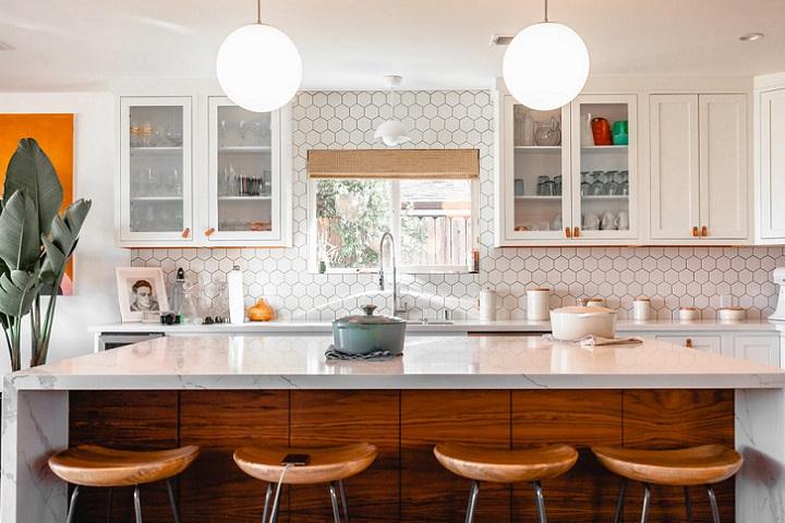 cocina-decorada-en-blanco-y-madera