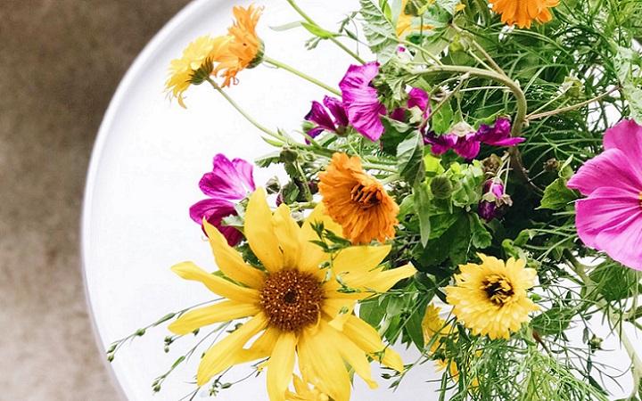 mesa-con-ramo-de-flores