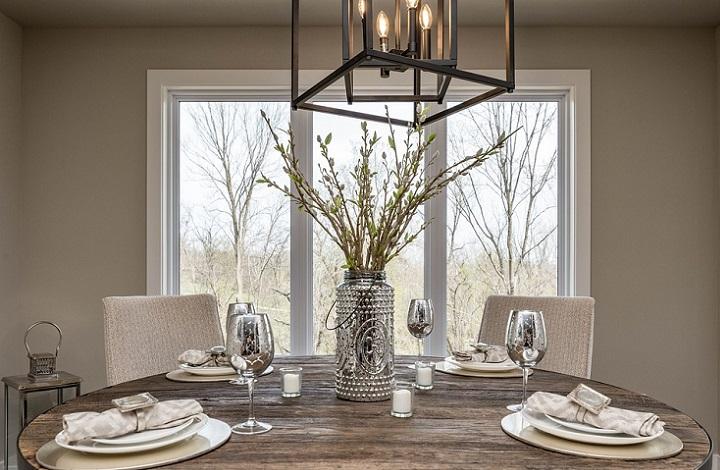 mesa-de-madera-con-platos