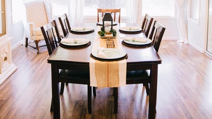 mesa-decorada-en-el-salon
