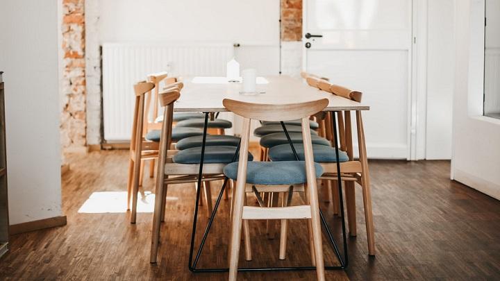 mesa-rodeada-de-sillas