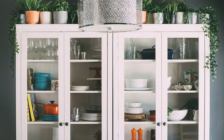 mueble-blanco-con-puertas-de-cristal