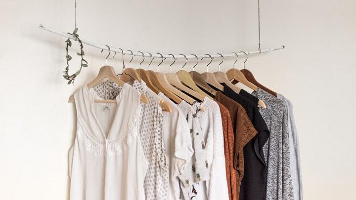 perchero-abierto-con-prendas-de-ropa