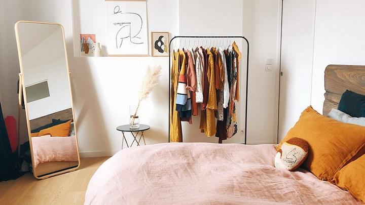 perchero-abierto-con-ropa