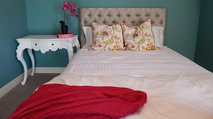 cabecero-de-cama-acolchado-en-color-gris