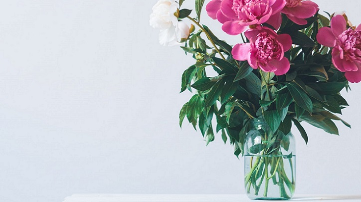 jarron-de-flores-sobre-mesa-de-madera