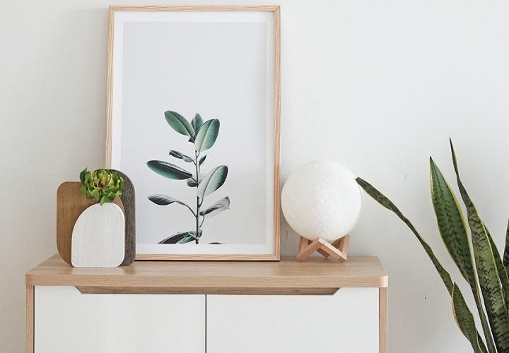 mueble-blanco-con-un-cuadro