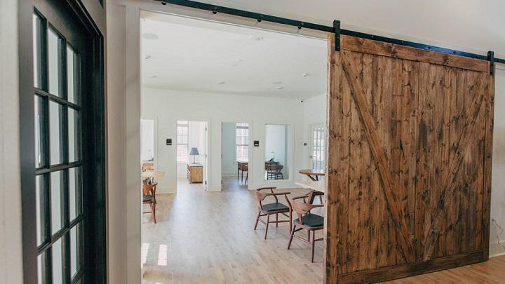 puerta-de-madera-en-la-vivienda
