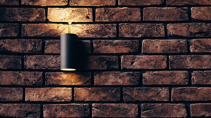 lampara-en-pared-de-ladrillo