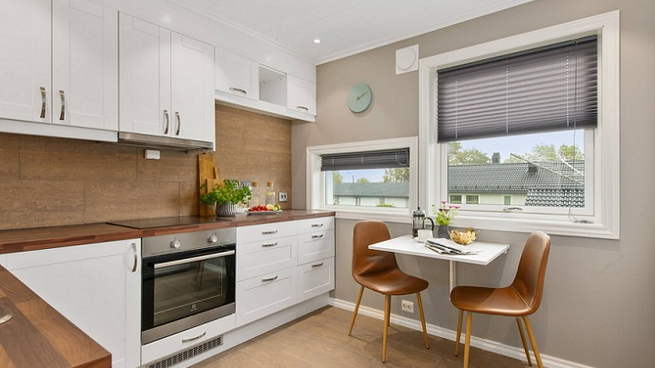mesa-de-cocina-junto-a-la-ventana