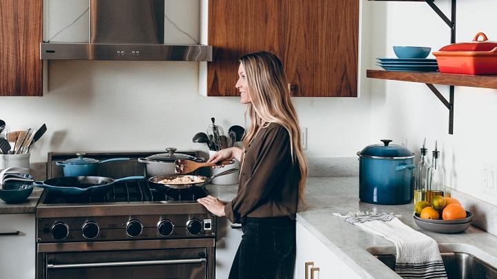 persona-cocinando-en-la-cocina