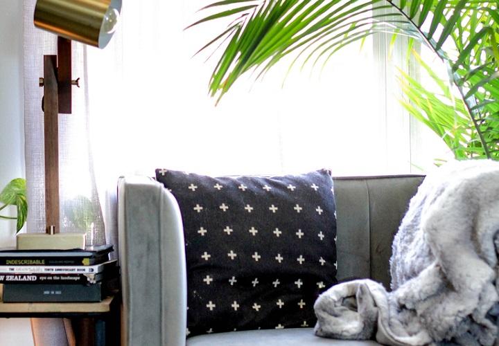 sofa-gris-cerca-de-la-ventana