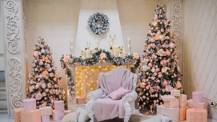 arbol-de-navidad-junto-a-la-chimenea