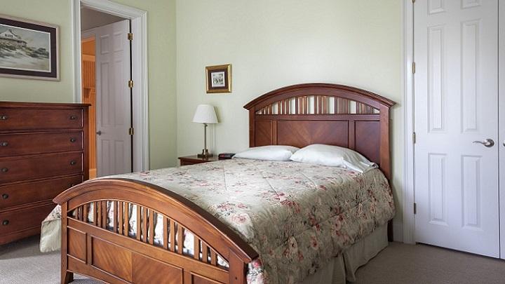 comoda-de-madera-en-dormitorio