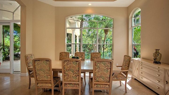 mesa-con-sillas-en-comedor