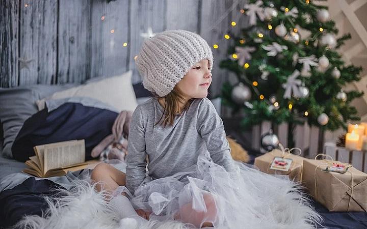nina-junto-al-arbol-de-navidad