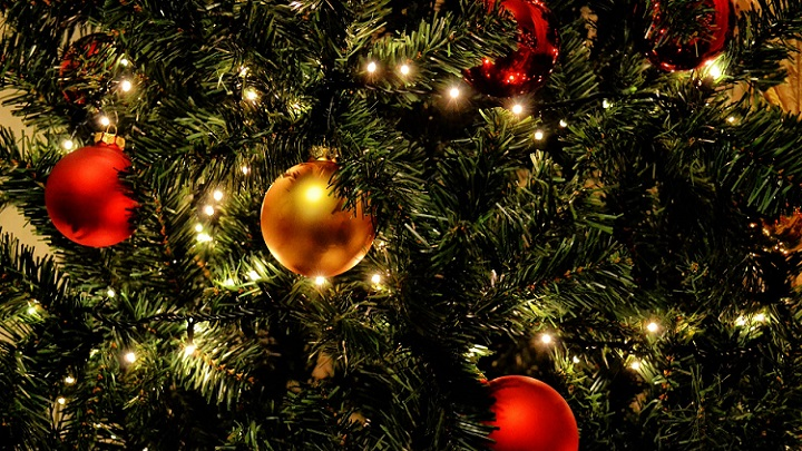 adornos-de-navidad-en-el-arbol