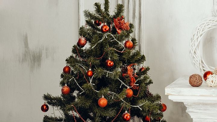 arbol-de-navidad-con-adornos-de-color-rojo