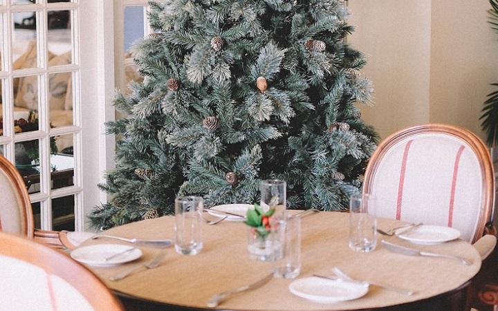 arbol-de-navidad-junto-a-la-puerta