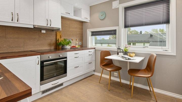 cocina-con-muebles-y-mesa