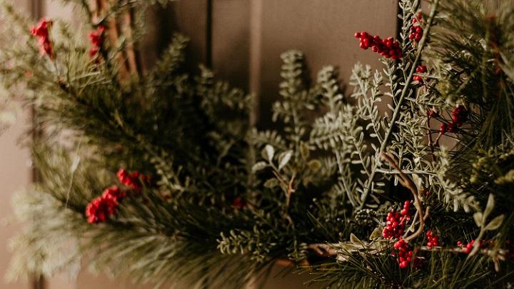 corona-de-navidad-en-la-puerta-de-casa